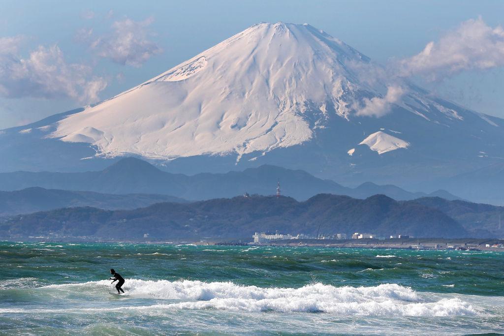 Monte Fuji y un surfista.