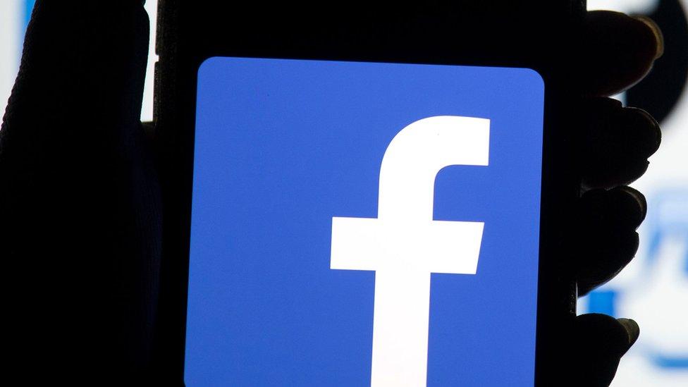 شعار فيسبوك على هاتف