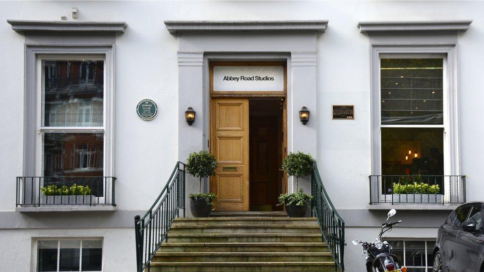 Penyeberangan jalan di luar studio Abbey Road di London, tempat The Beatles merekam album mereka.