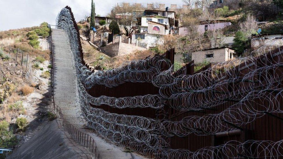 يفصل جدار حدودي بين منطقة نوغاليس في أريزونا وولاية سونورا المكسيكية