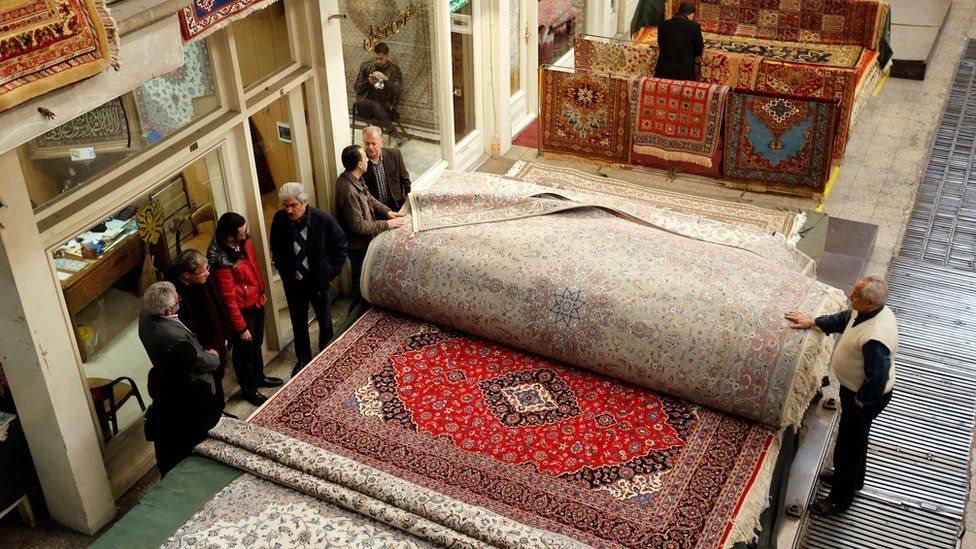 Karpet dijual di Grand Bazaar Teheran.
