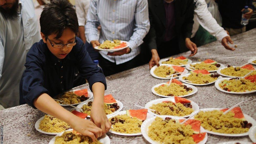 Comida servida en una mezquita