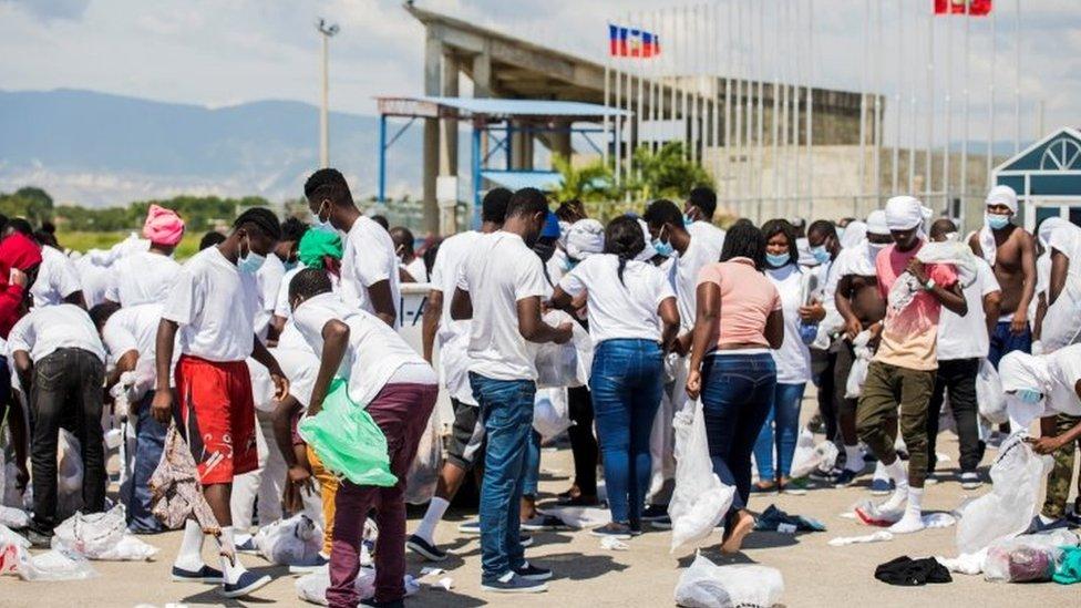Personas buscan sus pertenencias en el aeropuerto de Puerto Príncipe