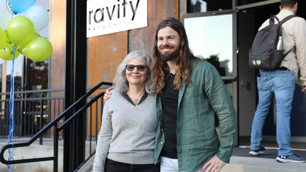 Dan Price y su madre