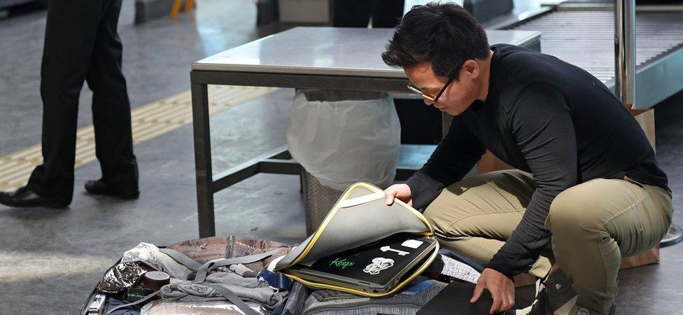 Passenger packs laptop in Istanbul airport