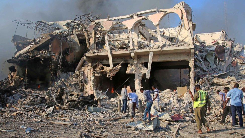 آثار الدمار الذي خافه تفجير في مقديشو في أكتوبر/تشرين الأول 2017