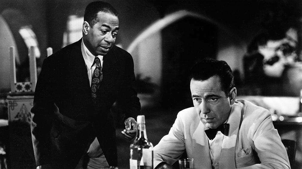 Hemfri Bogart kao Rik Blejn utapa tugu u čaši sa Semom (Duli Vilson)