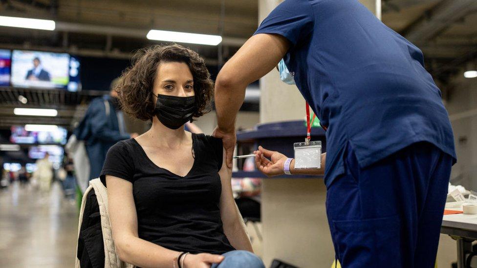Mulher sendo vacinada contra covid