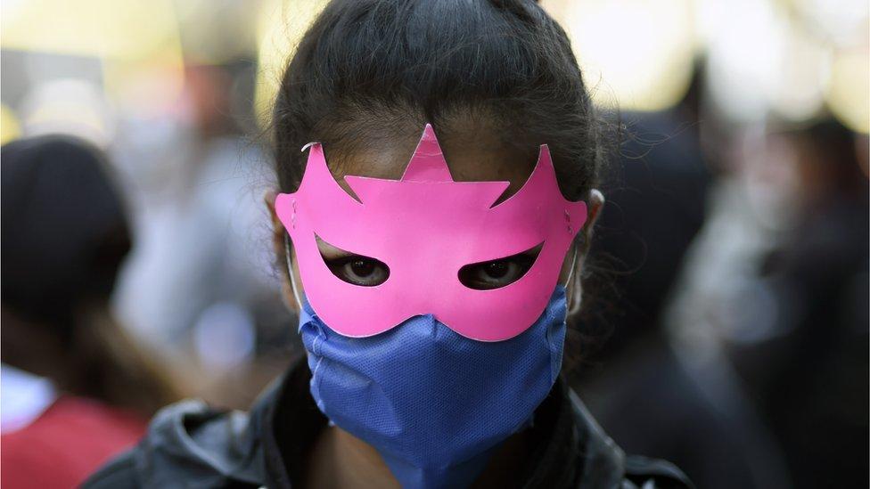 Mujer con una máscara en México