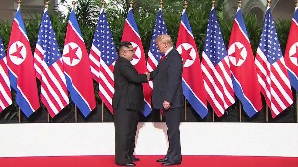 El histórico saludo entre Trump y Kim.