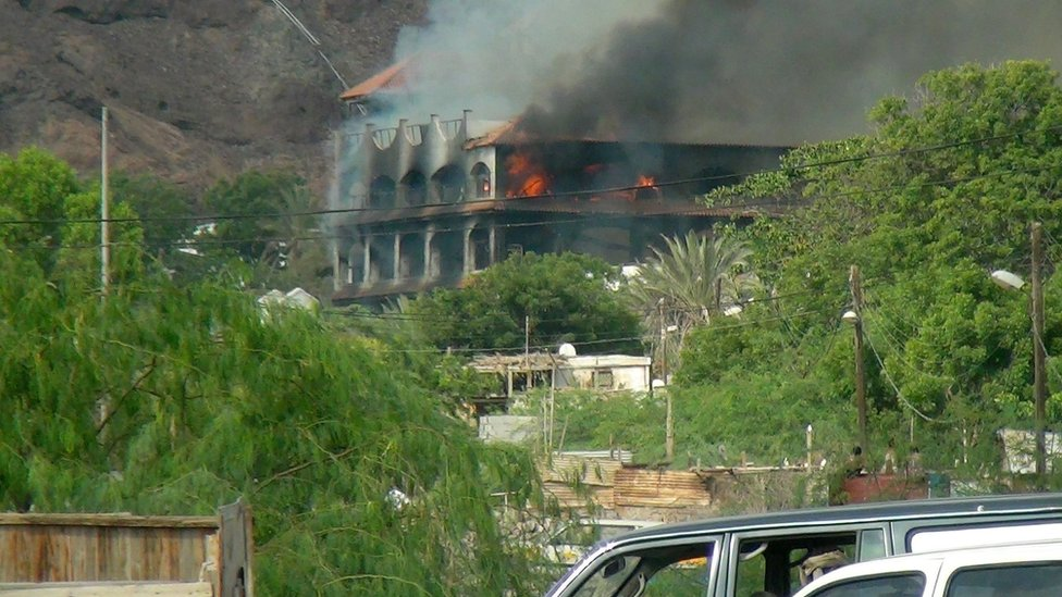Flames and smoke rise from the Sheikh bin Farid palace, used by UAE forces, in Aden, Yemen (6 October 2015)