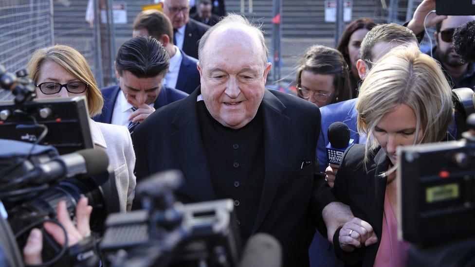 El arzobispo Philip Wilson abandona el tribunal rodeado de periodistas
