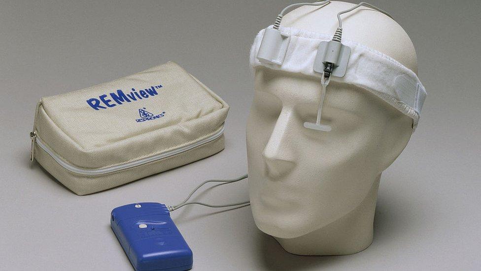 Cabeza de plástico para estudiar patrones del sueño
