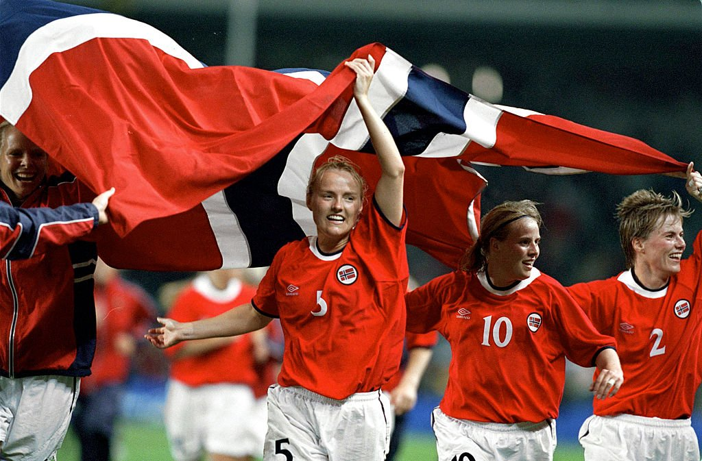 Jugadoras noruegas celebran la medalla de oro en Sídney 2000.