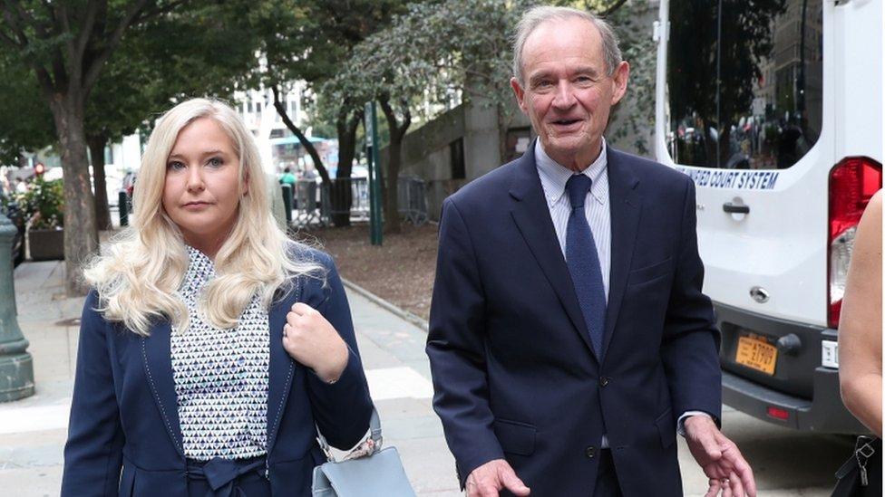 Lawyer David Boies llega al tribunal con su clienta Virginia Giuffre