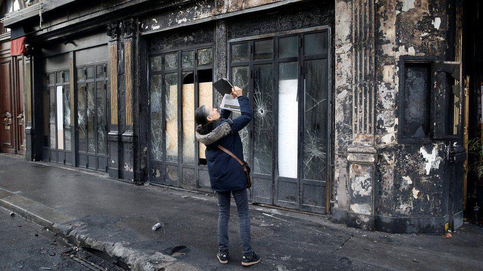 Warga di Paris mengambil foto