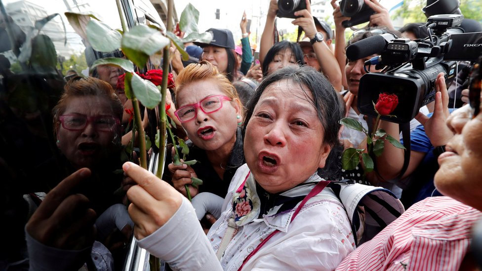 Supporters of ousted former Thai prime minister Yingluck Shinawatra react while wait for her at the Supreme Court in Bangkok, Thailand August 25, 2017
