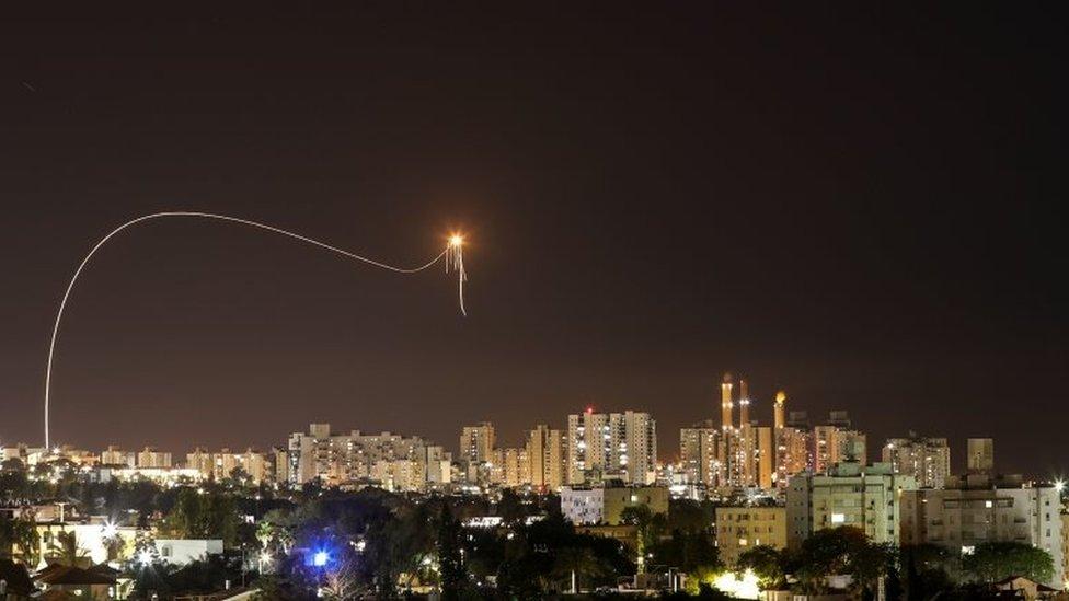 Momento en el que el Domo de Hierro intercepta cohetes lanzados desde Gaza.