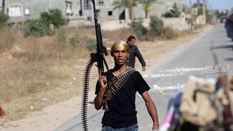 مسلح من قوات الحكومة بأحد شوارع طرابلس