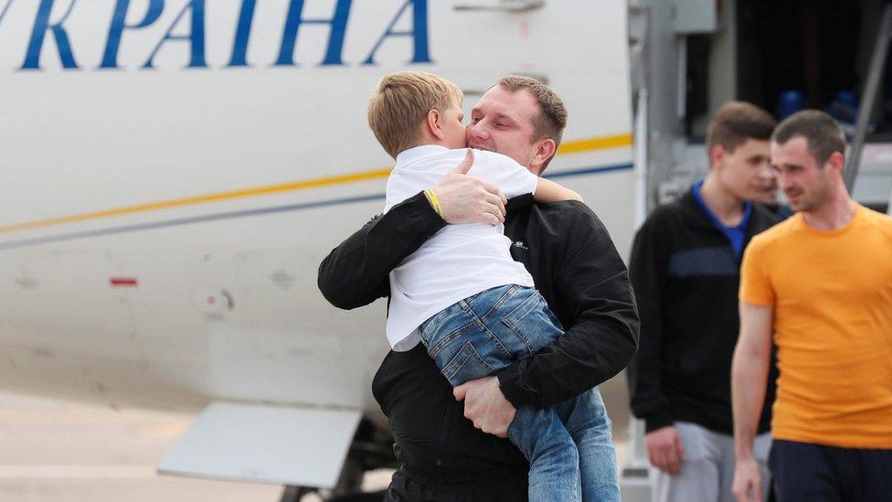 Oslobođeni Ukrajinac po izlasku iz aviona na aerodromu u Kijevu