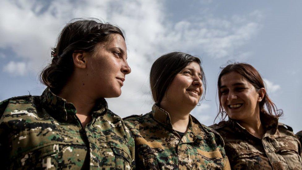 مقاتلات من وحدات حماية المرأة