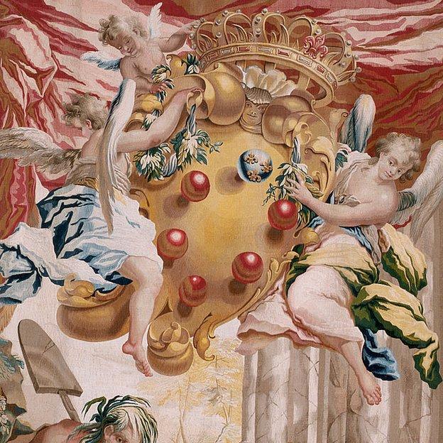 Detalle de un tapiz florentino con dos ángeles sosteniendo el escudo de armas de los Medici, con 6 bolas.