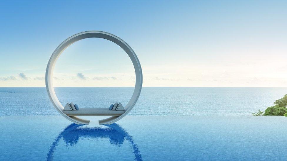 Luksuzni kružni krevet na otovorenom, dok je u pozadini more