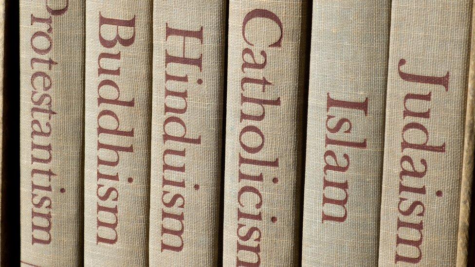 Espinas de libros sobre varias grandes religiones
