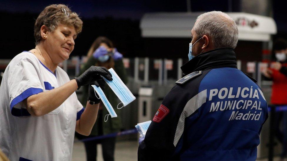 Policija deli zaštitne maske na železničkim i metro stanicama u madridu u Španiji (13 April 2020)