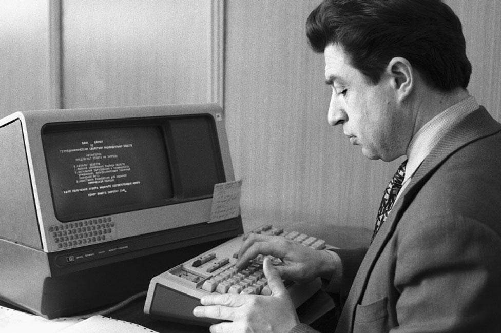 Hombre trabajando en una computadora soviética en 1987