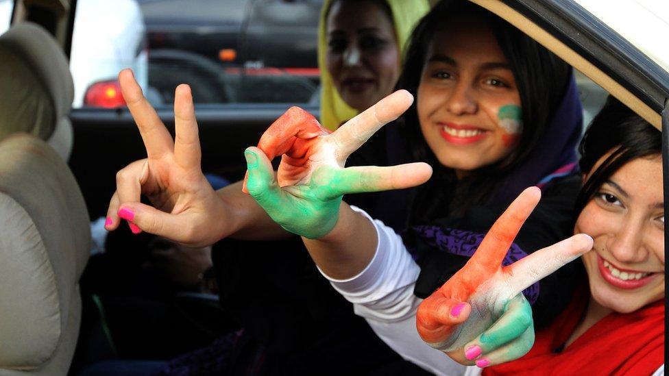تنشط نساء إيرانيات في حملة للسماح لهن بحضور مباريات كرة القدم