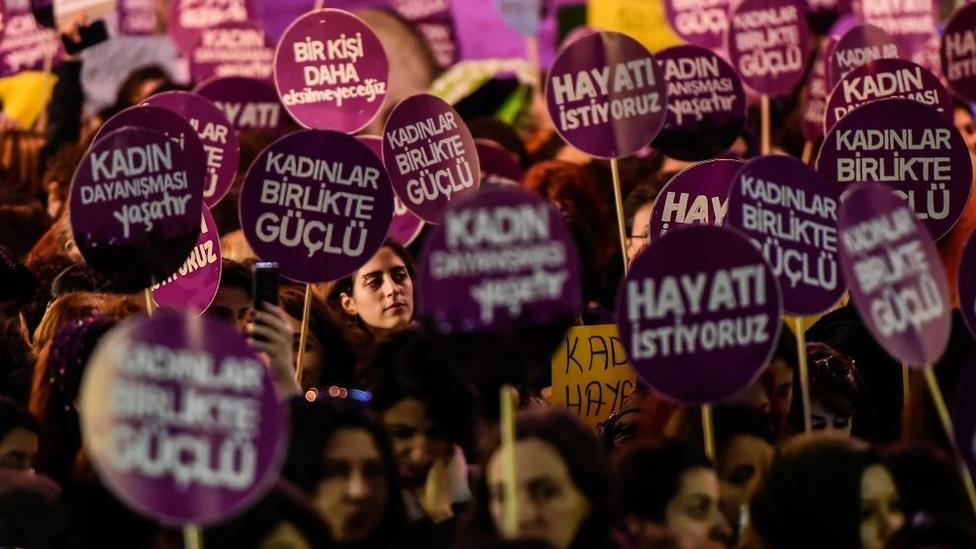 Türkiye'deki kadın örgütleri, evde kalma çağrıları başladığından beri ev içi şiddete dikkat çeken açıklamalar yapıyor