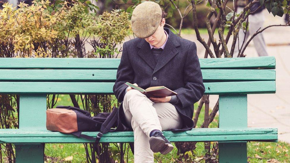 Hombre leyendo.