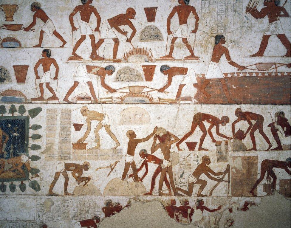 Una pintura de trabajadores que hacen ladrillos de la tumba de Rejmira en Tebas, Egipto.