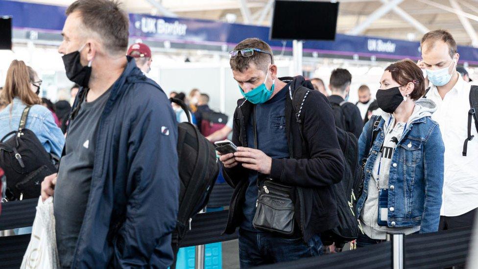 Británicos en una cola en el aeropuerto.