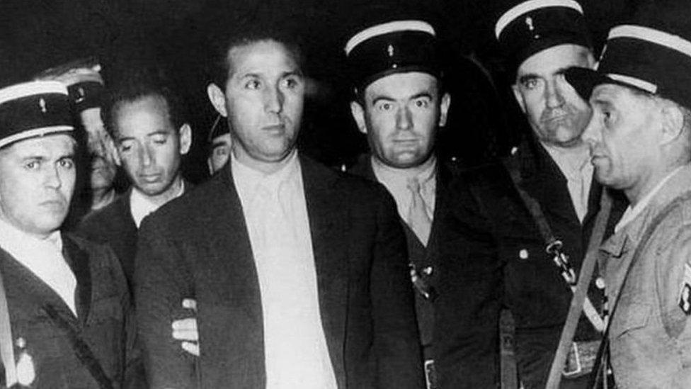 الشرطة الفرنسية تعتقل أحمد بن بلة أحد قادة المقاومة عام 1956