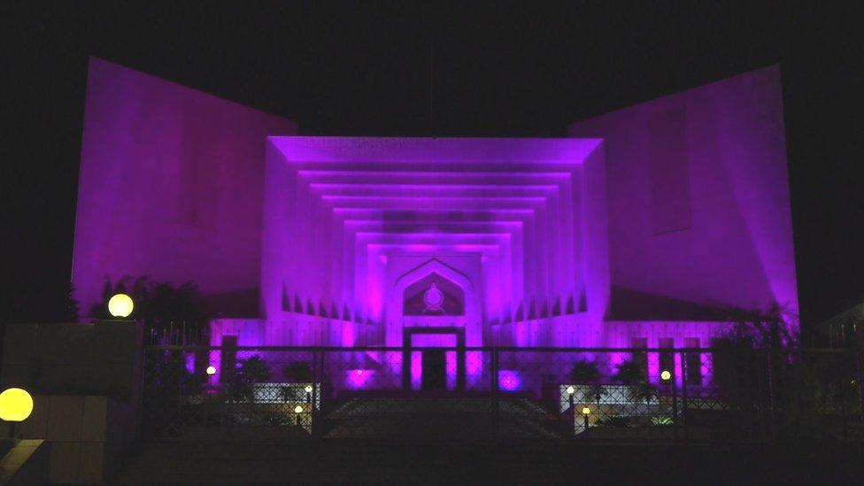 La Corte Suprema iluminada de rosa