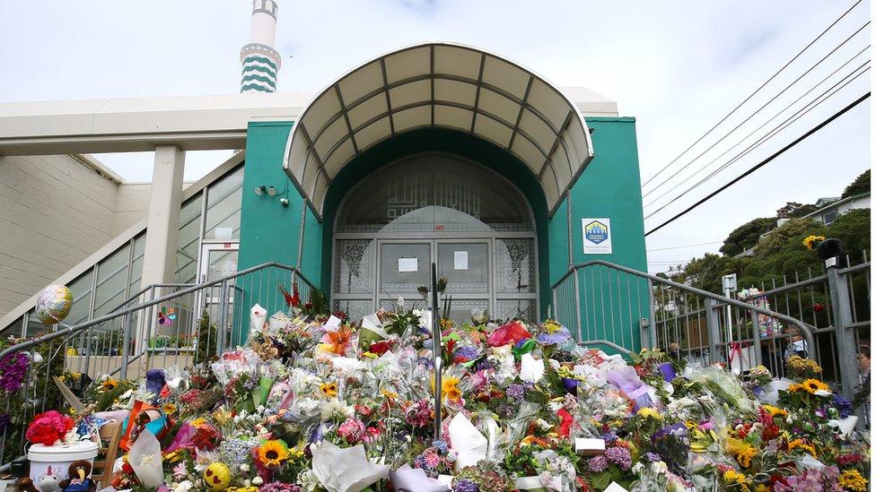 سكان كرايست تشيرتش وضعوا الآلاف من باقات الزهور أمام أحد مساجد المدينة تعبيرا عن التضامن مع الضحايا.