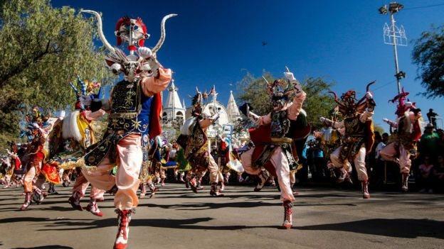 Танцюристи в національних костюмах у Чилі
