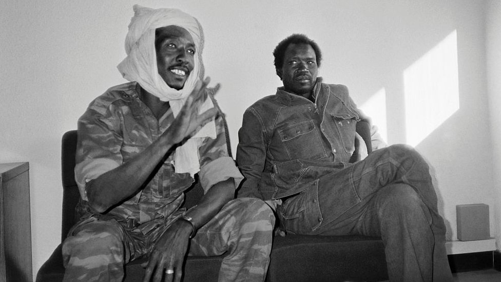 乍得愛國拯救運動領袖代比(左)在恩賈梅納會見記者(2/12/1990)