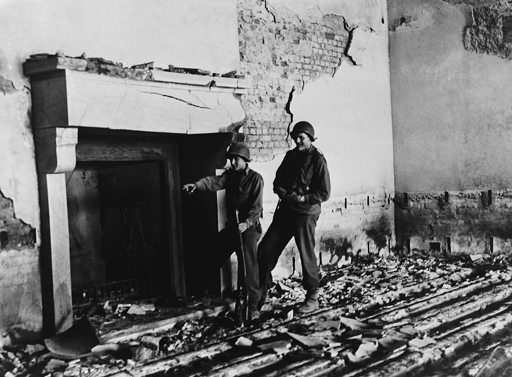 Soldados estadounidenses dentro de las ruinas de Berghof, la casa de Hitler