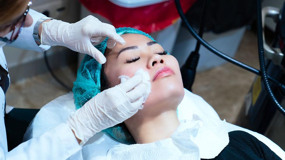 Una mujer siendo operada (foto de archivo)