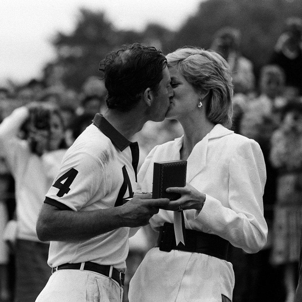 Poljubac princa Čarlsa i princeza Dajane