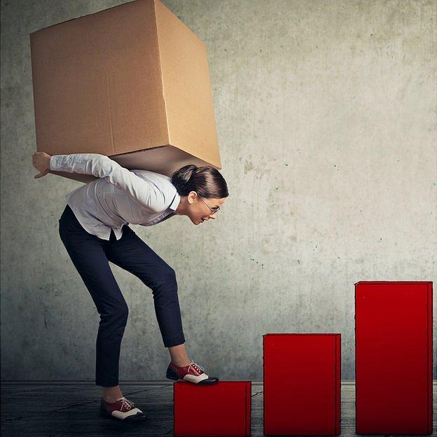 Mujer cargando caja