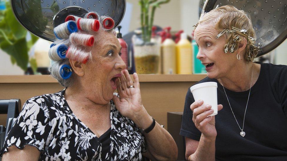 Mujeres charlando en peluquería