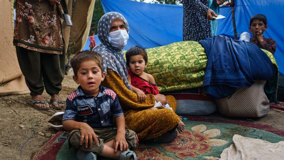 Kunduz'daki evine roket düşünce kaçmak zorunda kalan bir kadın