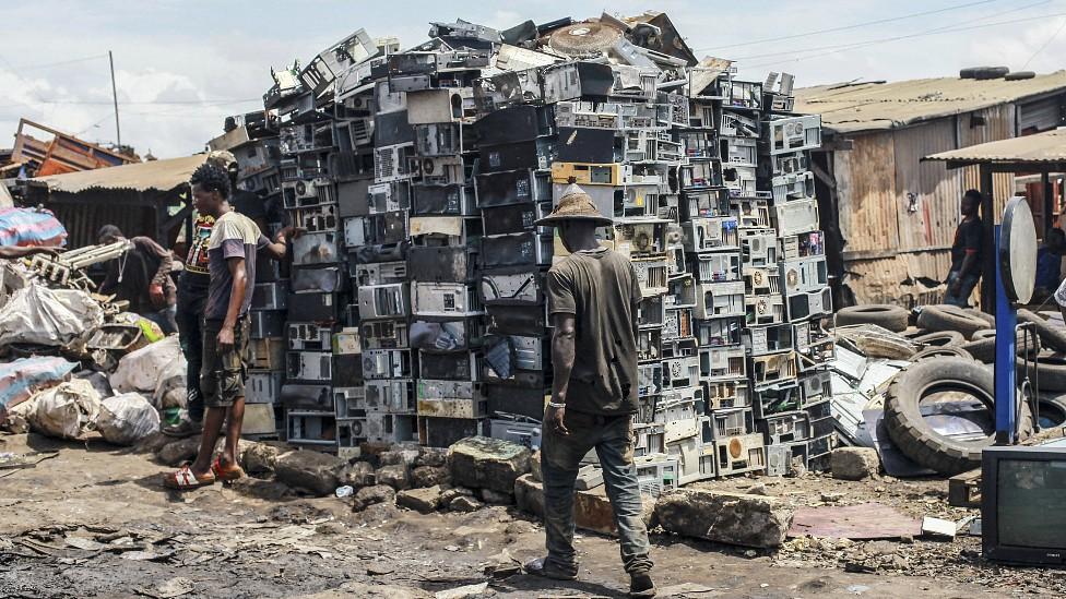 Montaña de torres de computadoras usadas en Agbogbloshie