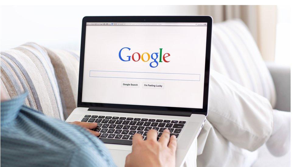 Persona usando Google en un laptop