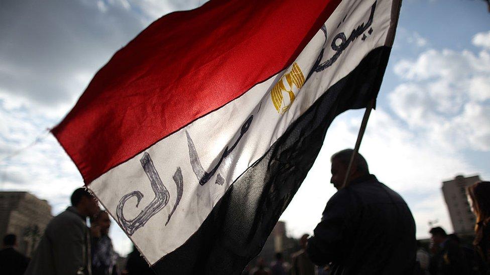 """علم مصر مكتوب عليه """"يسقط مبارك"""""""