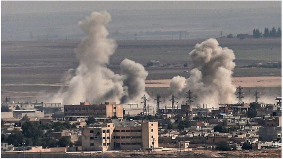 أعمدة الدخان نتيجة القصف التركي على بلدات في شمالي سوريا